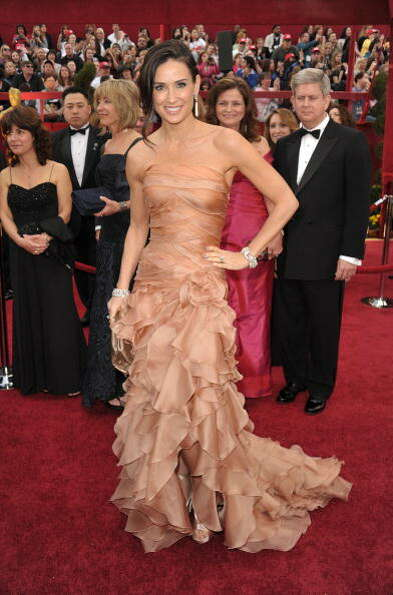 Moore shows off some red-carpet style at the 2010 Academy Awards.