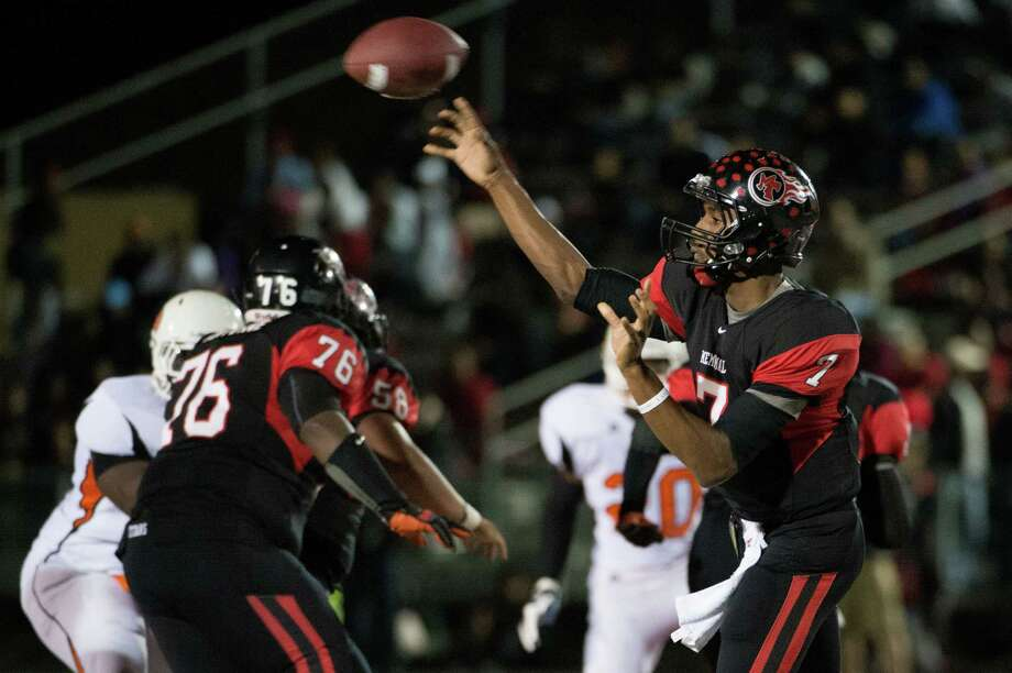 Port Arthur Memorial quarterback Terrence Singleton (7) throws a pass during the first quarter of a high school football game against La Porte at Memorial Stadium, Friday, Nov. 9, 2012, in Port Arthur. Photo: Smiley N. Pool, Houston Chronicle / © 2012  Houston Chronicle