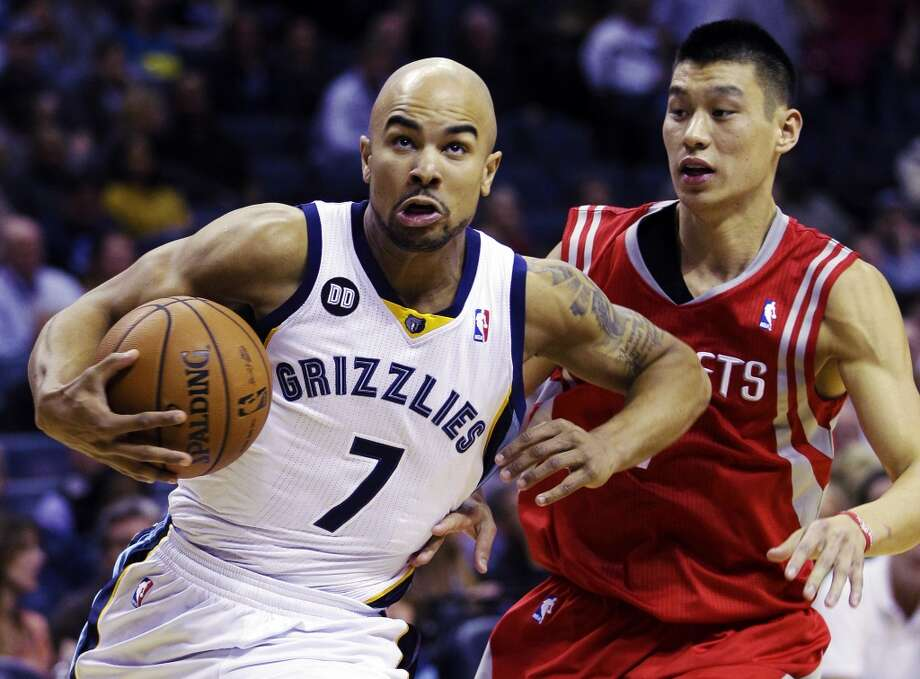 Grizzlies guard Jerryd Bayless works his way around Jeremy Lin of the Rockets. (Daniel Johnston / Associated Press)
