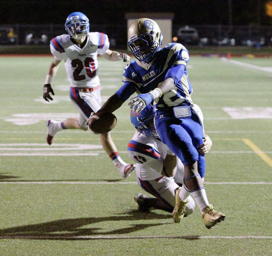 Alamo Heights' Byron Proctor (22) scores a second-half touchdown against Buda Hays' Caleb Hubert (17) during their game at Alamo Heights on Friday, Nov. 9, 2012. Photo: Kin Man Hui, Express-News / © 2012 San Antonio Express-News