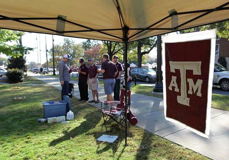 Texas Aggie alums tailgate on the