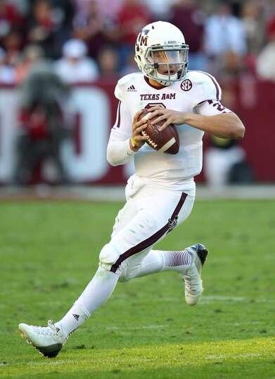 TUSCALOOSA, AL - NOVEMBER 10:  Quarterback Johnny Manziel #2 of the Texas A&M Aggies runs and looks