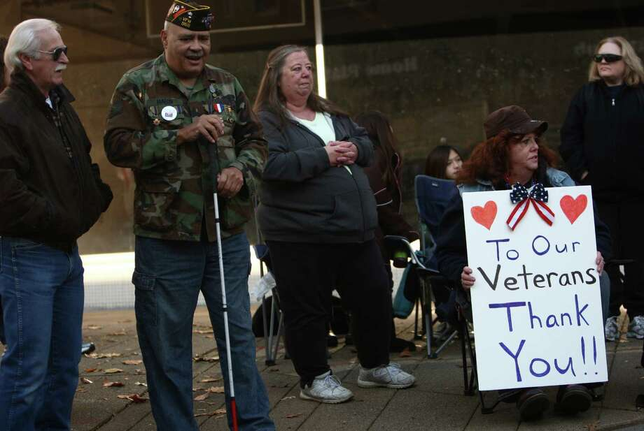 Spectators watch the Auburn Veterans Day Parade. Photo: JOSHUA TRUJILLO / SEATTLEPI.COM