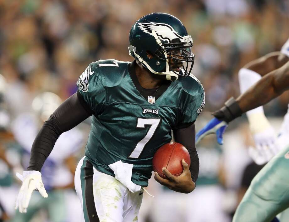 Michael Vick #7 of the Philadelphia Eagles carries the ball in the first quarter against the Dallas Cowboys on November 11, 2012 at Lincoln Financial Field in Philadelphia, Pennsylvania.  (Photo by Elsa/Getty Images) (Getty Images)