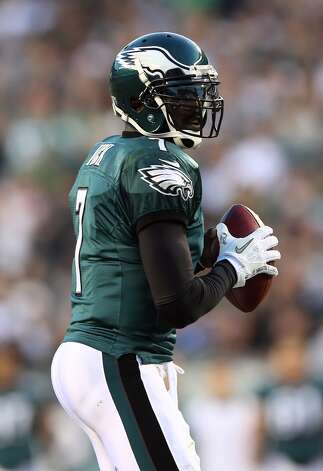 Michael Vick #7 of the Philadelphia Eagles looks to pass in the first quarter against the Dallas Cowboys on November 11, 2012 at Lincoln Financial Field in Philadelphia, Pennsylvania.  (Photo by Elsa/Getty Images) (Getty Images)