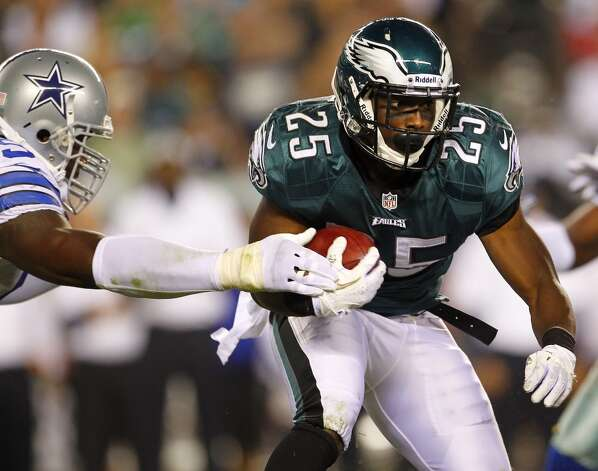 Running back LeSean McCoy #25 of the Philadelphia Eagles fights for yards against the Dallas Cowboys during the first half in a game at Lincoln Financial Field on November 11, 2012 in Philadelphia, Pennsylvania. (Photo by Rich Schultz /Getty Images) (Getty Images)