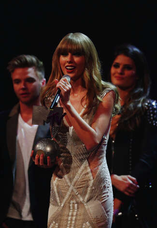 Singer Taylor Swift accepts the award for Best Live onstage at the MTV EMA's 2012 at Festhalle Frankfurt on November 11, 2012 in Frankfurt am Main, Germany. Photo: Andreas Rentz, Getty Images For MTV / 2012 Getty Images