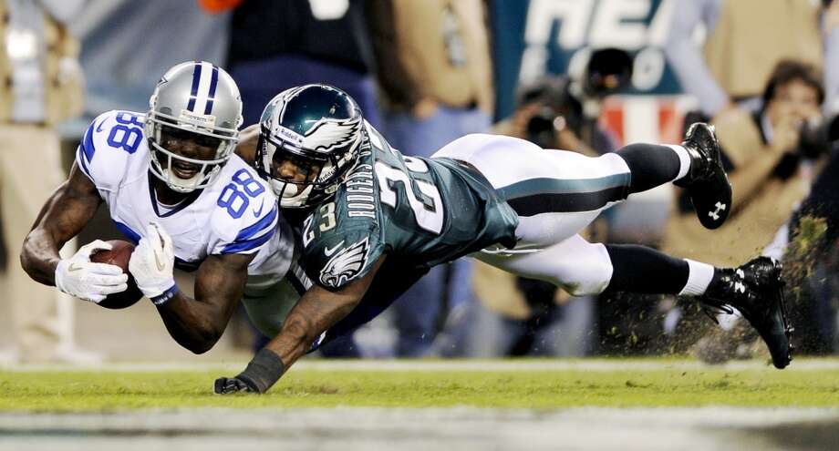 Dallas Cowboys' Dez Bryant, left, scores a touchdown as Philadelphia Eagles' Dominique Rodgers-Cromartie defends in the second half of an NFL football game, Sunday, Nov. 11, 2012, in Philadelphia. (AP Photo/Michael Perez) (Associated Press)