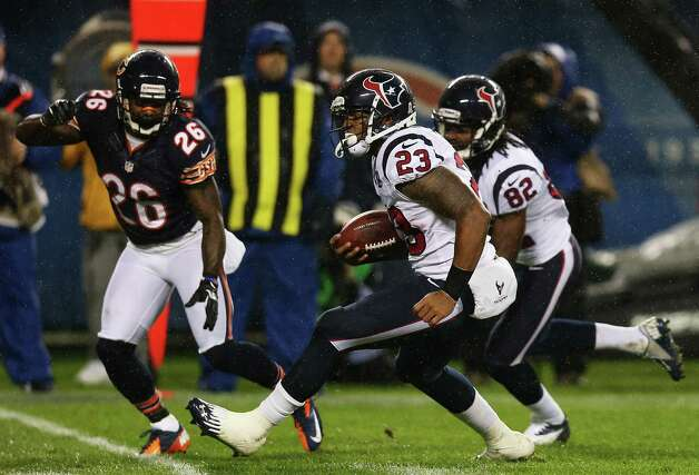 Running back Arian Foster #23 of the Houston Texans carries the ball against the defense of cornerback Tim Jennings #26 of the Chicago Bears during the game at Soldier Field on November 11, 2012 in Chicago, Illinois. Photo: Jonathan Daniel, Getty Images / 2012 Getty Images