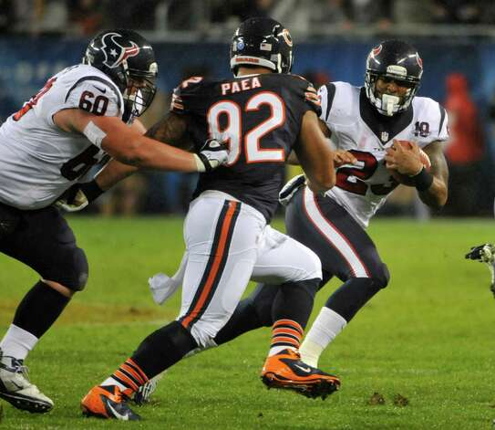Arian Foster #23 of the Houston Texans runs against Stephen Paea #92 of the Chicago Bears on November 11, 2012 at Soldier Field in Chicago, Illinois. Photo: David Banks, Getty Images / 2012 Getty Images