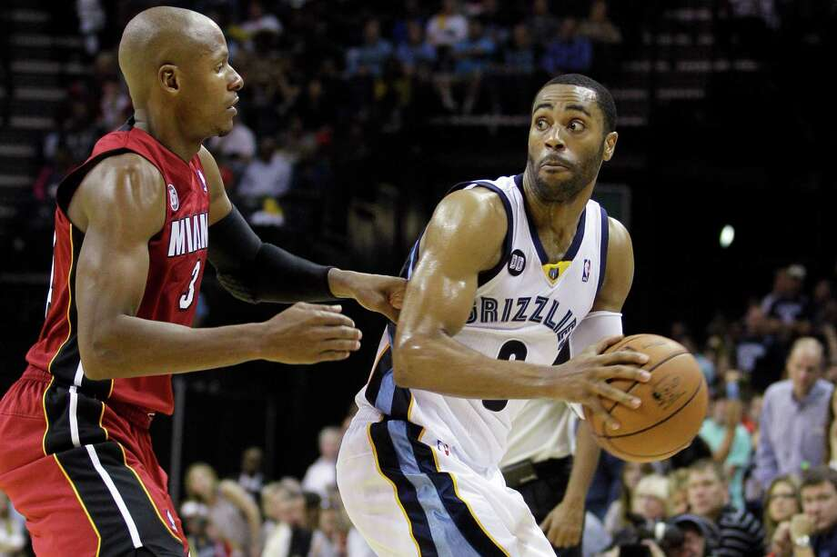 The Grizzlies' Wayne Ellington, right, guarded by Ray Allen, burned the Heat for 25 points off the bench. Photo: Danny Johnston, STF / AP