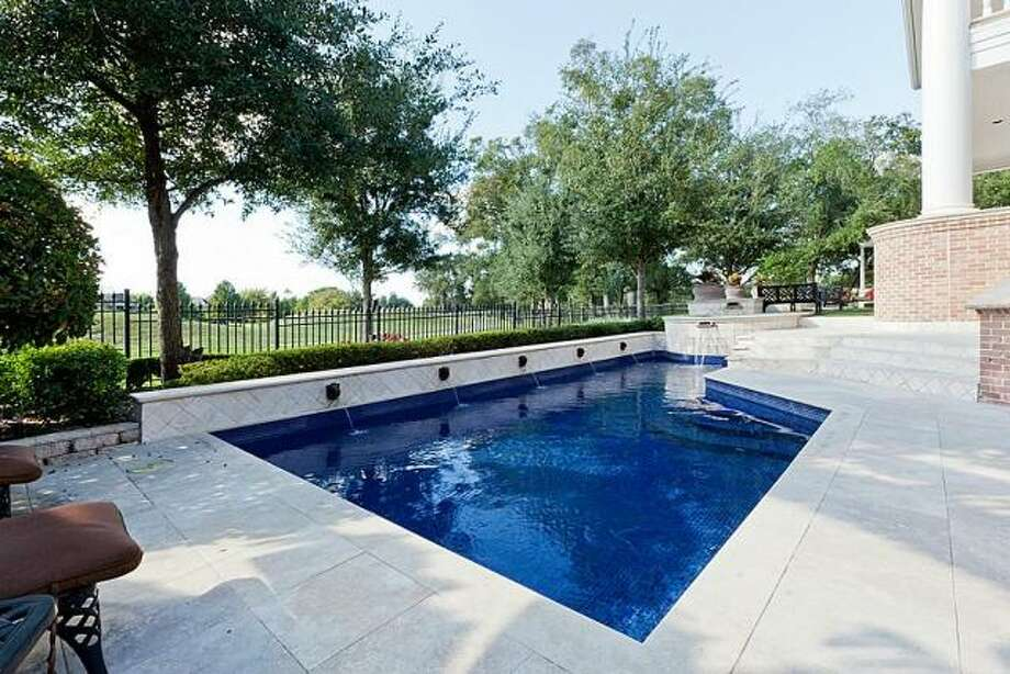 The pool includes an attached hot tub. Photo: Better Homes And Gardens Gary Greene
