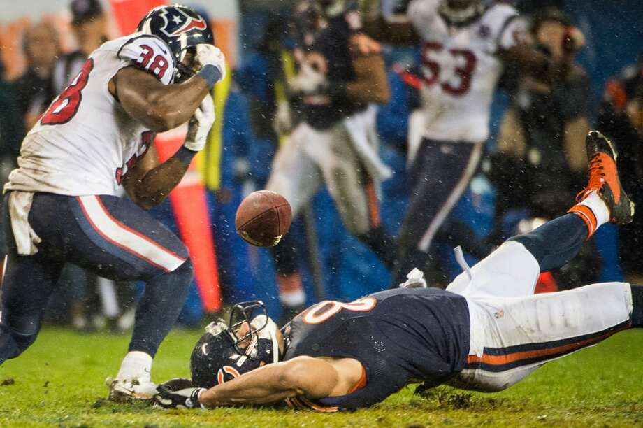 Bears tight end Kellen Davis (87) can't hold onto a pass as Texans free safety Danieal Manning (38) defends during the fourth quarter. (Smiley N. Pool / Houston Chronicle)