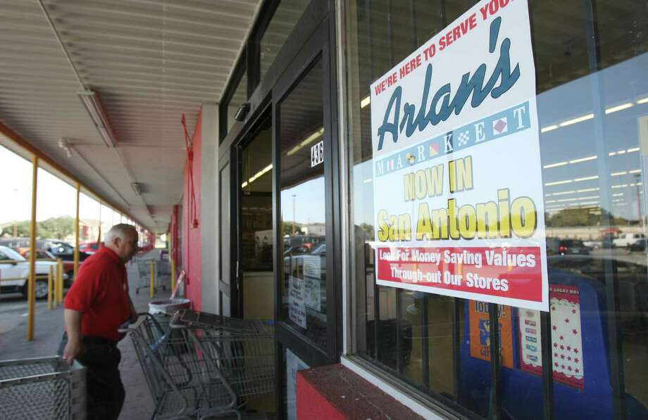 A sign on the window of the former Handy Andy market on Zazamora Street announces the change of ownership to Arlan's Market. Photo: Helen L. Montoya, San Antonio Express-News / ©SAN ANTONIO EXPRESS-NEWS