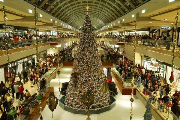 Galleria Set For Christmas Tree Lighting Saay