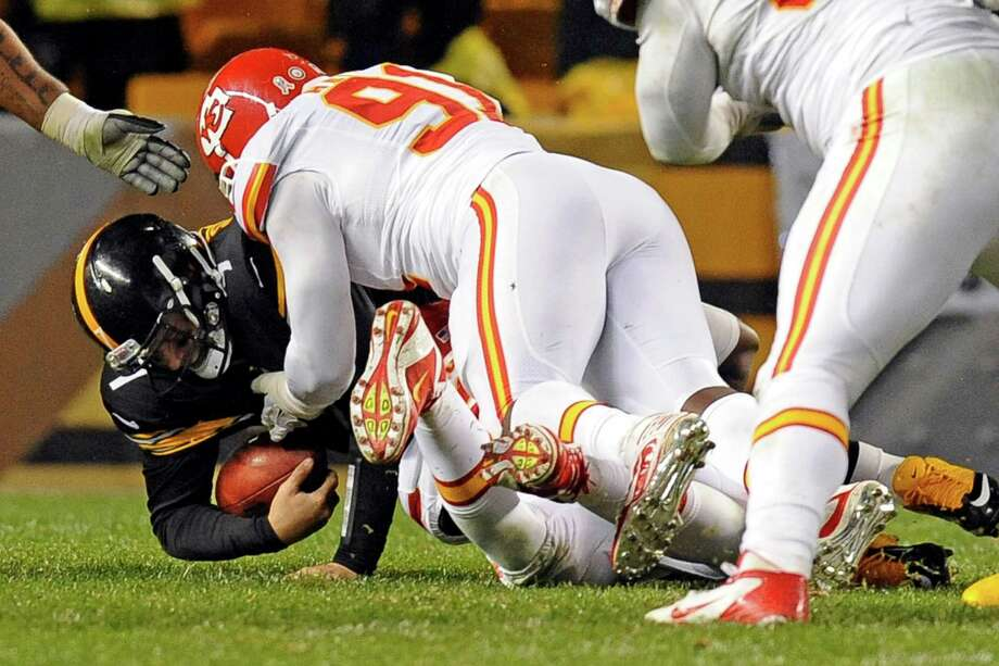 The Steelers' Ben Roethlisberger (7) was injured on a sack by Chiefs linebacker Tamba Hali (91). Photo: Don Wright, FRE / FR87040 AP