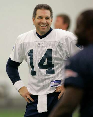 ** FILE ** New England Patriots third-string quarterback Vinny Testaverde talks with defensive lineman Jarvis Green, right, as the team begins their stretching before practice begins at their football facility in Foxborough, Mass., in this Jan. 18, 2007 file photo. The Carolina Panthers, desperate for a backup quarterback with Jake Delhomme out for the season, signed Testaverde to a one-year deal on Wednesday Oct. 10, 2007. (AP Photo/Stephan Savoia) Photo: Stephan Savoia / AP