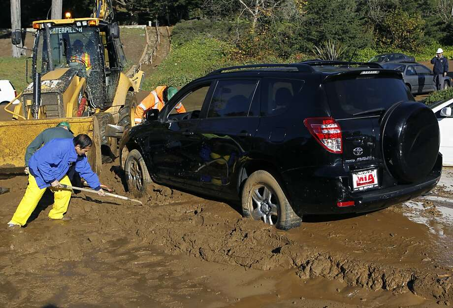 Residents help public works and water crews dig cars out after a mudslide rolled through a neighborhood following a water line break from a hilltop reservoir in Daly City, Calif. on Tuesday, Nov. 13, 2012. Photo: Paul Chinn, The Chronicle