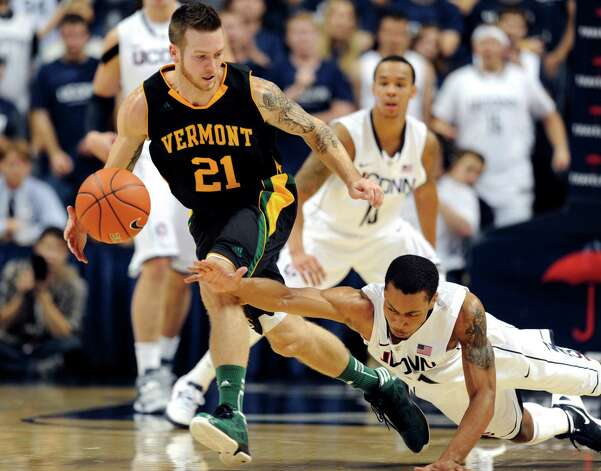 Vermont's Candon Rusin (21) pulls away from Connecticut's Omar Calhoun, right, in the second half of an NCAA basketball game in Storrs, Conn., Tuesday, Nov. 13, 2012. No. 23 Connecticut won 67-49. (AP Photo/Jessica Hill) Photo: Jessica Hill, Associated Press / FR125654 AP