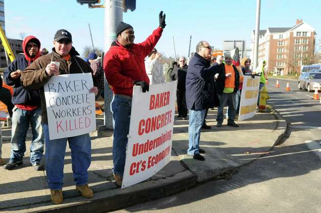 Union supporters protest Baker Concrete at the intersection of Washington Blvd. and Tresser Blvd. on Wednesday, November 14, 2012. Photo: Lindsay Niegelberg / Stamford Advocate