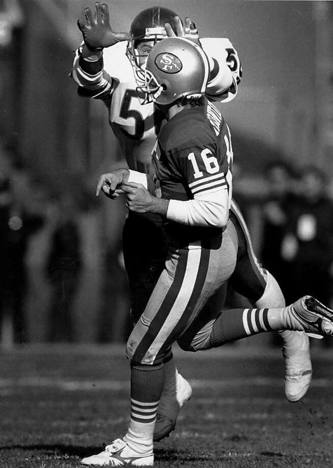 The 49ers-Bears games of the 1980s generally meant Joe Montana directing a high-powered passing attack while trying to avoid linebacker Mike Singletary. Photo: Scott Sommerdorf, The Chronicle