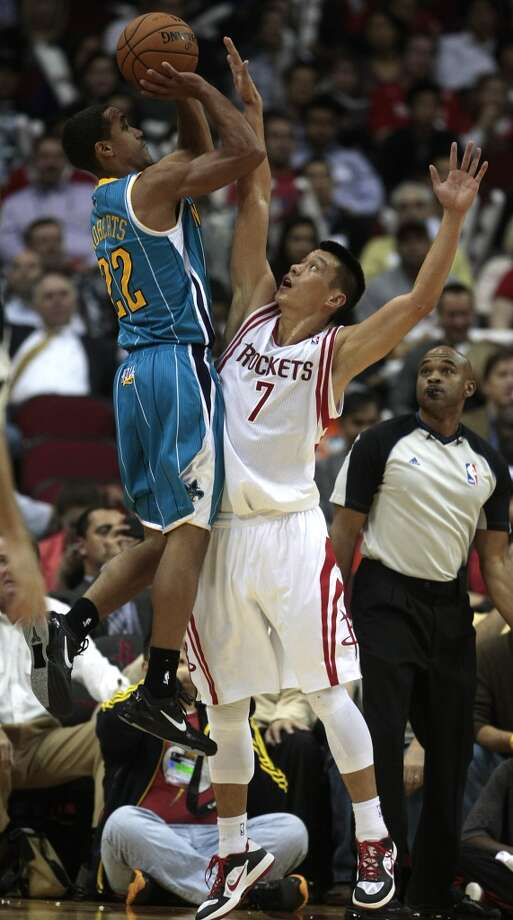 Hornets guard Brian Roberts (22) is defended by Rockets guard Jeremy Lin (7) in the fourth quarter. (Billy Smith II / Houston Chronicle)