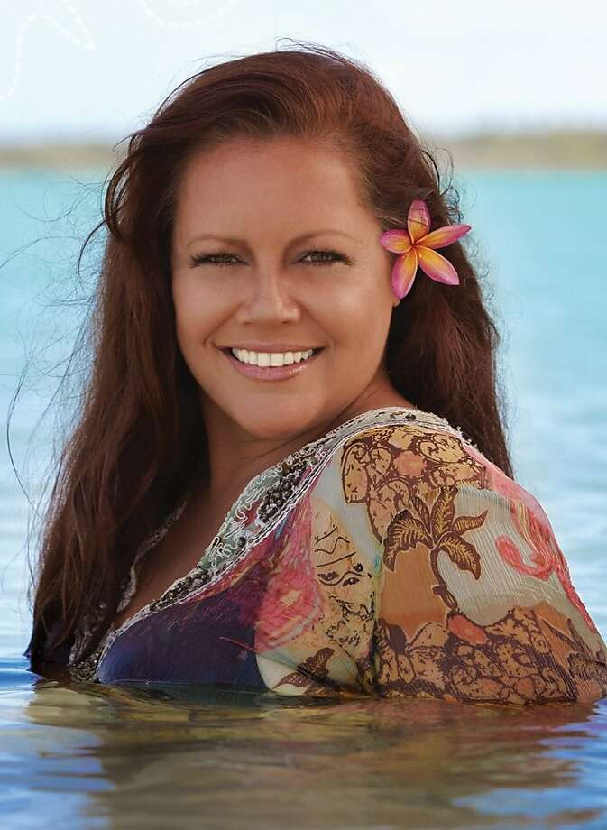 "Award-winning vocalist Amy Hanaiali'i Gilliom, whose 2007 album ""A Hawaiian Christmas"" includes many traditional carols sung in Hawaiian, will perform just one holiday concert in Northern California this year, Dec. 1 at Cache Creek Casino Resort. Photo: Amyhanaialiigilliom.com"