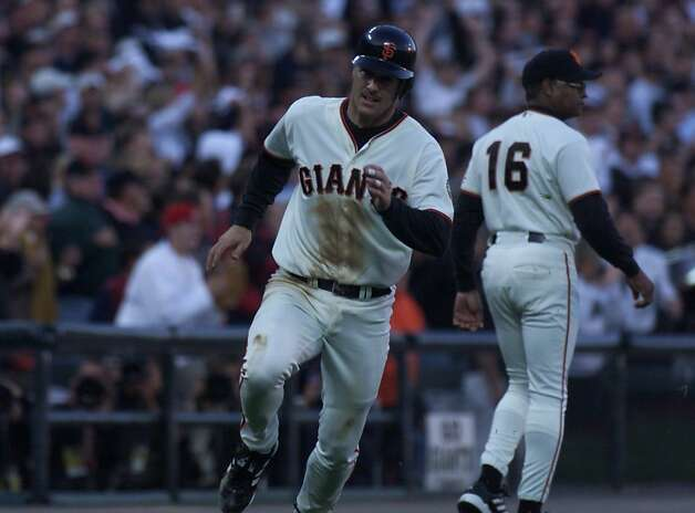 GIANTS6-C-05OCT00-SP-CS Giant #21 Jeff Kent scores in the second inning of play. The Giants play the New York Mets in the second game of the divisional playoff series. Chris Stewart/San Francisco Chronicle Photo: Chris Stewart, SAN FRANCISCO CHRONICLE