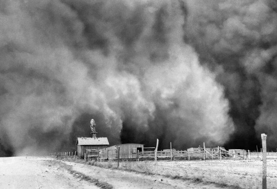 Farm with huge dust cloud approaching, dust storm near barn.  April 15, 1935.  Boise City, Oklahoma. (Courtesy of Associated Press) / AP1935