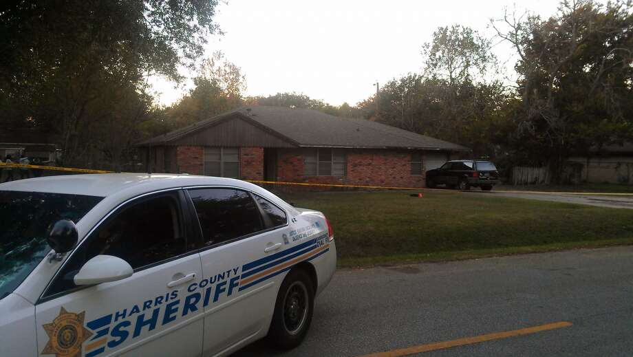 Harris County Sheriff's homicide detectives investigate the scene of a deadly house fire. Photo: Mike Glenn