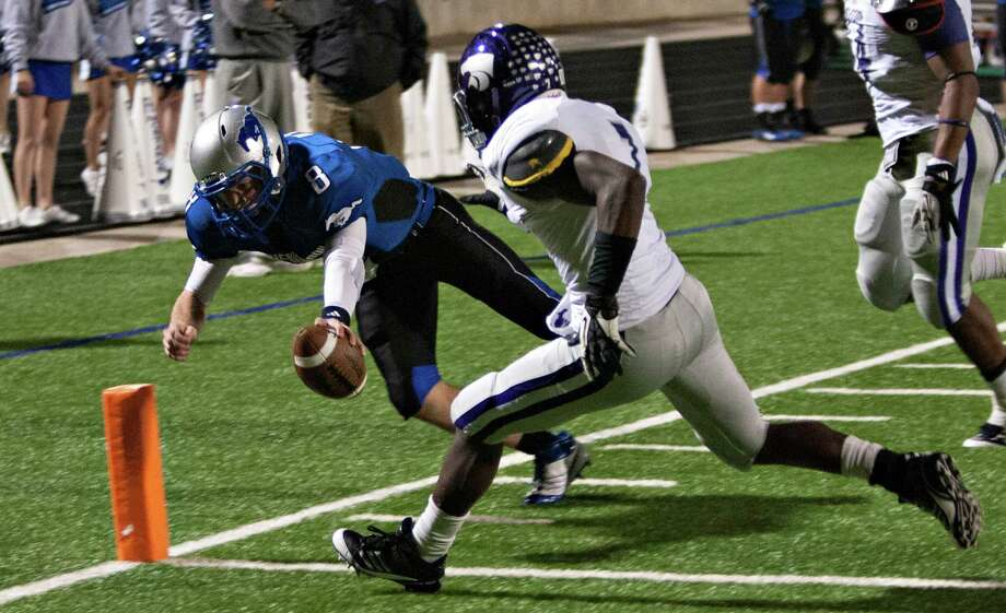 Friendswood quarterback Jordan Wood dives for a touchdown against Angleton during a high school football game between Angleton and Friendswood in a Class 4A Division 1 playoffs at Hall Stadium on November 16, 2012. Photo: Bob Levey, Houston Chronicle / ©2012 Bob Levey