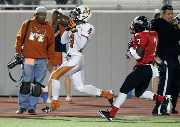 Madison's Byron Daniels (04) nearly makes a catch against Wagner's Robert Gardner (07) in the Class 5A District I playoff game in the first half at Rutledge Stadium on Friday, Nov. 16, 2012. Photo: Kin Man Hui, Express-News / © 2012 San Antonio Express-News