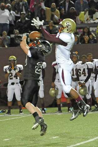 Pirates #25, Michael Godeaux, tries to intercept a pass to Bulldog #6, Torrey Johnson. The Vidor High School Pirates football team played the Humble Summer Creek Bulldogs at 7 p.m. Friday night at Clyde Abshier Stadium in Deer Park Texas. This is a Class 4A Division I first round game.  At the half, Humble Summer Creek was ahead 24-14. Dave Ryan/The Enterprise