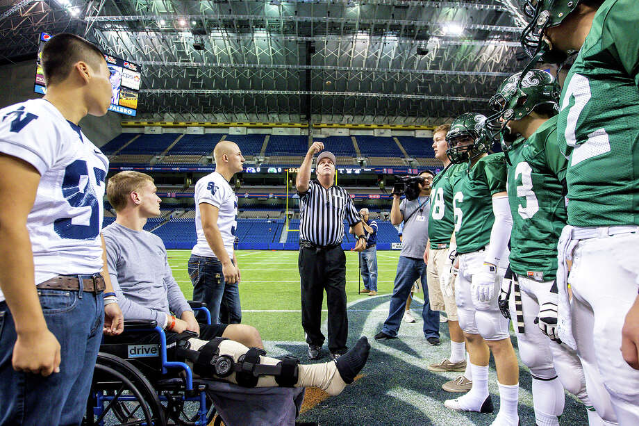 The referee tosses the coin prior to the Class 5A Division II first round game between Smithson Valley (left) and Reagan at the Alamodome on Nov 16, 2012.  Smithson Valley won the game 21-14.  MARVIN PFEIFFER/ mpfeiffer@express-news.net Photo: MARVIN PFEIFFER, Express-News / Express-News 2012