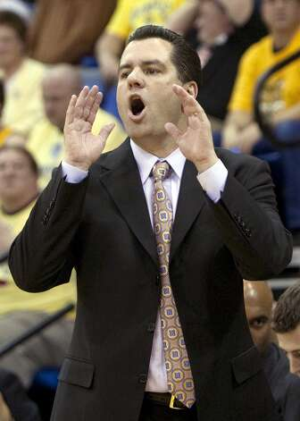 Quinnipiac head coach Tom Moore yells at his team during  the first half of the NCAA Northeast Conference college championship basketball game against Robert Morris  in Hamden, Conn., Wednesday, March 10, 2010. (AP Photo/Thomas Cain) Photo: Thomas Cain, AP / FR170131 AP
