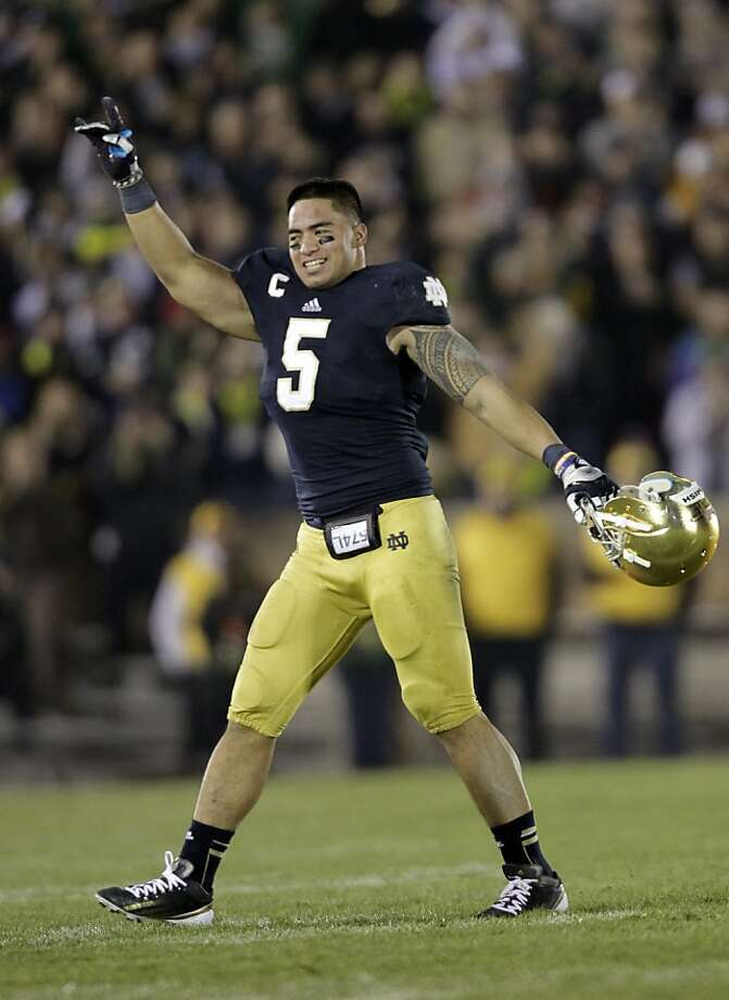Notre Dame senior linebacker Manti Te'o acknowledges the applause of fans as he leaves his final home game late in the fourth quarter. Photo: Michael Conroy, Associated Press