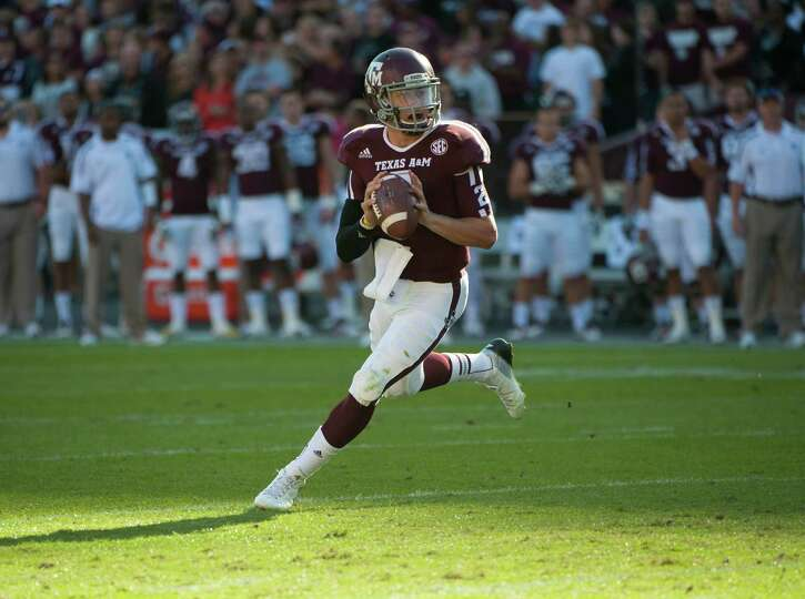 Texas A&M's Johnny Manziel sets to throw a touchdown pass during the first quarter of an NCAA colleg