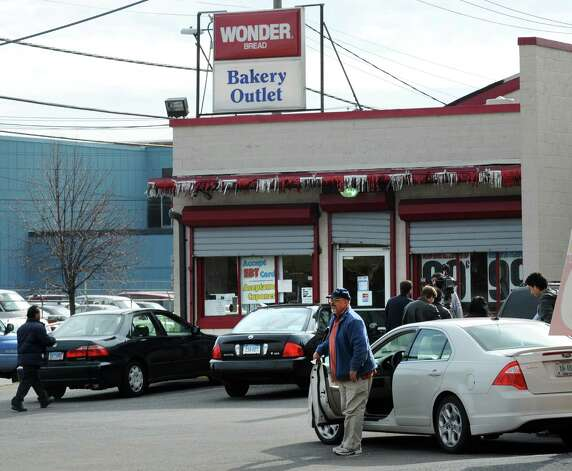 Customers desend on the Wonder Bread Bakery Outlet on Wells Street in Bridgeport, Conn. on Friday, Nov. 16, 2012. The company announced itâÄôs going out of business meaning the loss of about 18,500 jobs. Hostess employs about 200 workers in Connecticut in non-bakery retail and distribution facilities. Photo: Cathy Zuraw / Connecticut Post