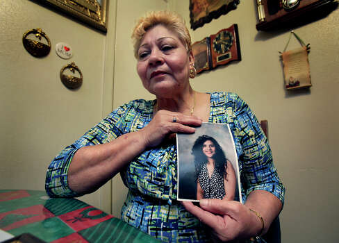 Gloria Herrera shows her favorite pictures of her daughter, Elizabeth Ramirez, Friday, Dec. 3, 2010. Photo: BOB OWEN, SAN ANTONIO EXPRESS-NEWS / SAN ANTONIO EXPRESS-NEWS
