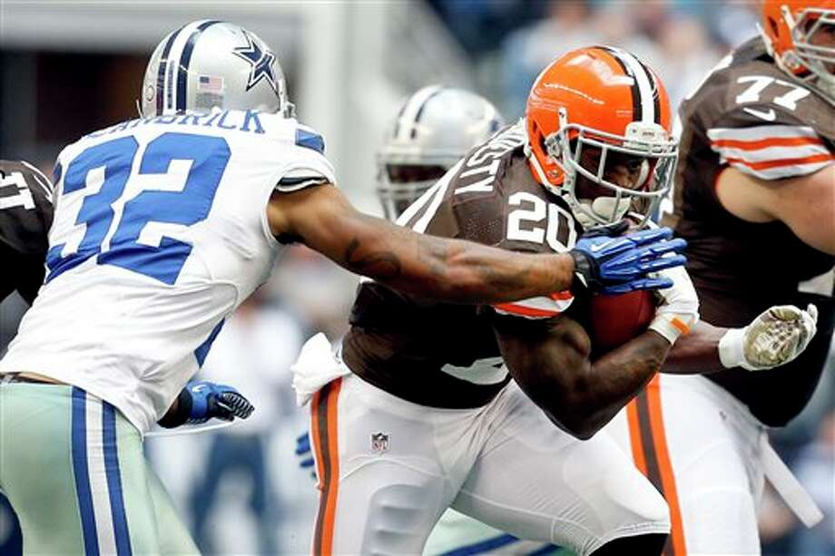 Dallas Cowboys' Orlando Scandrick (32) tries to tackle Cleveland Browns' Montario Hardesty (20) in the first half of an NFL football game, Sunday, Nov. 18, 2012, in Arlington, Texas. (AP Photo/Sharon Ellman) Photo: Sharon Ellman, Associated Press / FR170032 AP