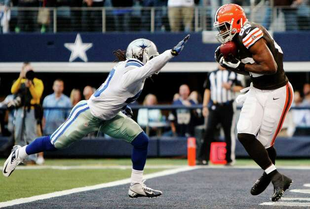 Dallas Cowboys strong safety Danny McCray (40) is unable to stop Cleveland Browns tight end Benjamin Watson (82) from grabbing a pass for a touchdown late in the second half of an NFL football game, Sunday, Nov. 18, 2012, in Arlington, Texas. (AP Photo/Brandon Wade) Photo: Brandon Wade, Associated Press / FR168019 AP