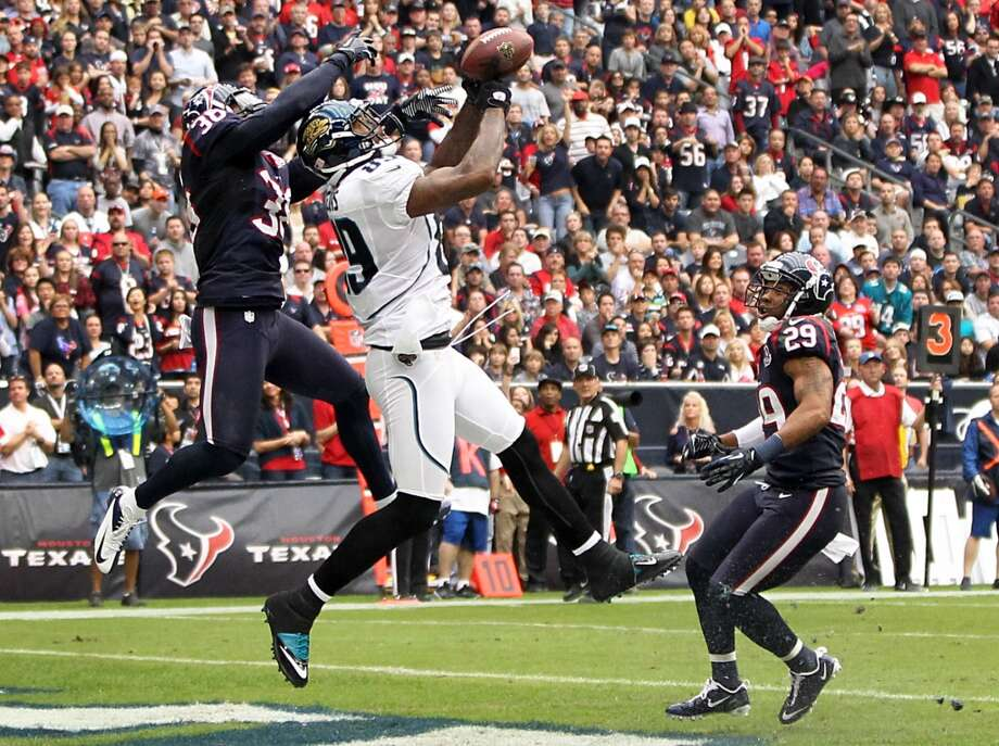 Jaguars tight end Marcedes Lewis (89) catches a 13-yard touchdown pass as Texans free safety Danieal Manning (38) defends during the first quarter; (Karen Warren / Houston Chronicle)