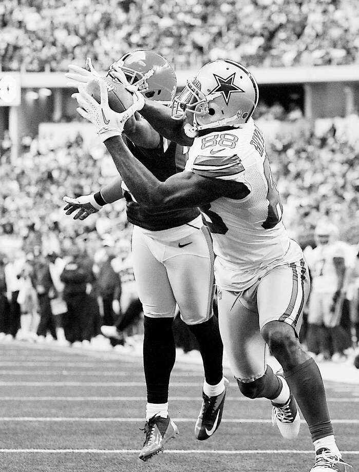 Dez Bryant (88) had a career day receiving that included this 28-yard fourth-quarter touchdown catch on which he beat Cleveland's Sheldon Brown. Photo: Brandon Wade, FRE / FR168019 AP