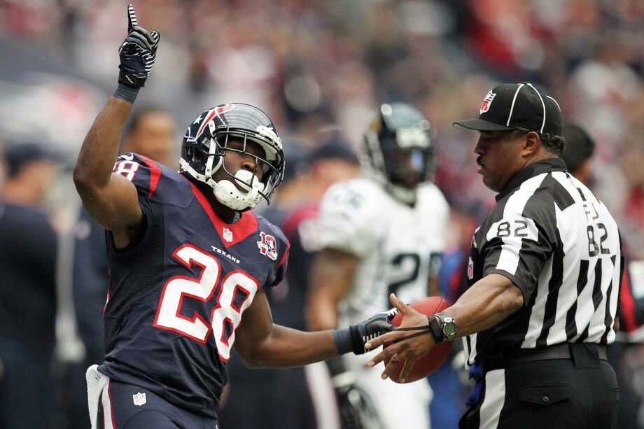 Texans running back Justin Forsett signals a Texans first down against the Jaguars during the first quarter. Photo: Nick De La Torre, Houston Chronicle / © 2012  Houston Chronicle