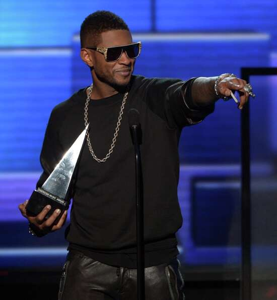 Singer Usher accepts the award for Favorite Soul/R&B Male Artist onstage during the 40th American Mu
