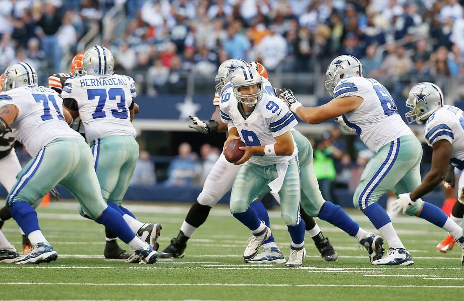 Dallas Cowboys quarterback Tony Romo (9) looks to hand the ball off to Dallas Cowboys running back Felix Jones (28) during the second half of an NFL football game against the Cleveland Browns Sunday, Nov. 18, 2012 in Arlington, Texas. (AP Photo/Sharon Ellman) Photo: Sharon Ellman, Associated Press / FR170032 AP