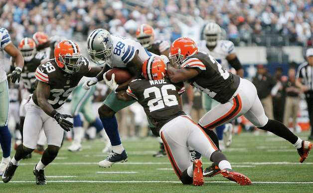 Dallas Cowboys wide receiver Dez Bryant (88) is surrounded by Cleveland Browns cornerback Tashaun Gipson (39), Cleveland Browns cornerback Trevin Wade (26) and Cleveland Browns cornerback Sheldon Brown (24) during the second half of an NFL football game Sunday, Nov. 18, 2012 in Arlington, Texas. (AP Photo/Brandon Wade) Photo: Brandon Wade, Associated Press / FR168019 AP