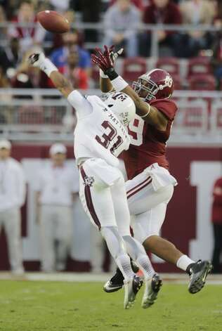 Texas A&M defensive back Howard Matthews (31) breaks up a pass intended for Alabama tight end Michael Williams (89)during the second half of an NCAA college football game at Bryant-Denny Stadium in Tuscaloosa, Ala., Saturday, Nov. 10, 2012. (AP Photo/Dave Martin) (Associated Press)