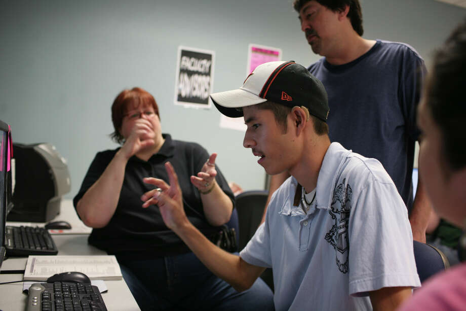 Alamo Colleges, including Palo Alto, are meeting Gov. Rick Perry's challenge for a $10,000 bachelor's degree. But standardized transfer agreements need to be established. Photo: LISA KRANTZ, SAN ANTONIO EXPRESS-NEWS / SAN ANTONIO EXPRESS-NEWS