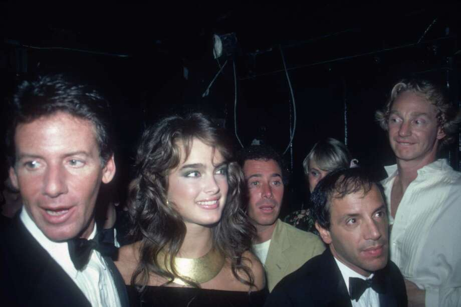 Brooke Shields, center, in 1981, with Calvin Klein (L) at the nightclub Studio 54 in New York City. Photo: Tom Gates, Getty Images / Archive Photos